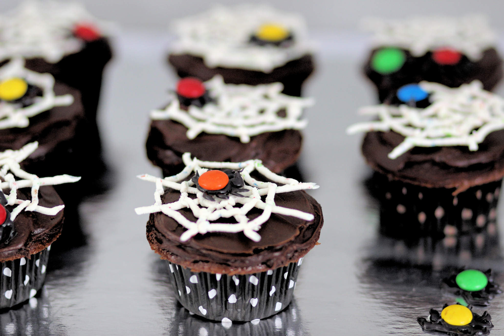 halloween cupcakes spinnennnetz kindergeburtstag. Black Bedroom Furniture Sets. Home Design Ideas